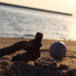 和歌山市のビーチ「片男波」で流木と夕日を堪能する